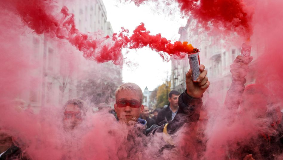 Ukrainer protestieren in Kiew gegen den geplanten Sonderstatus im Donbass