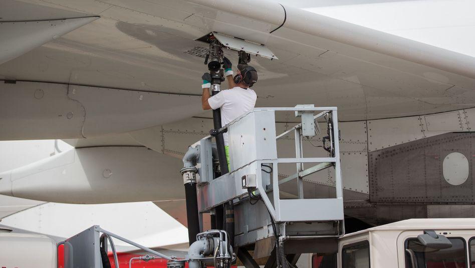 Betankung eines Flugzeugs mit Kerosin