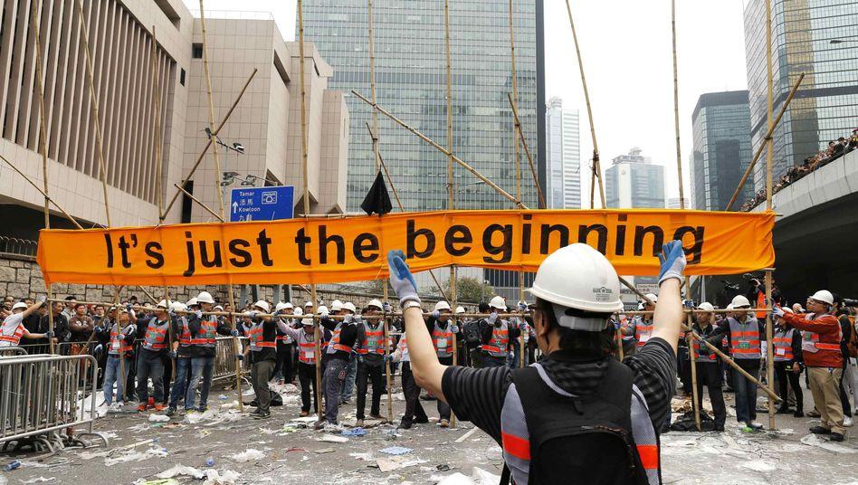 Arbeiter entfernen Protestposter: Hongkong räumt auf