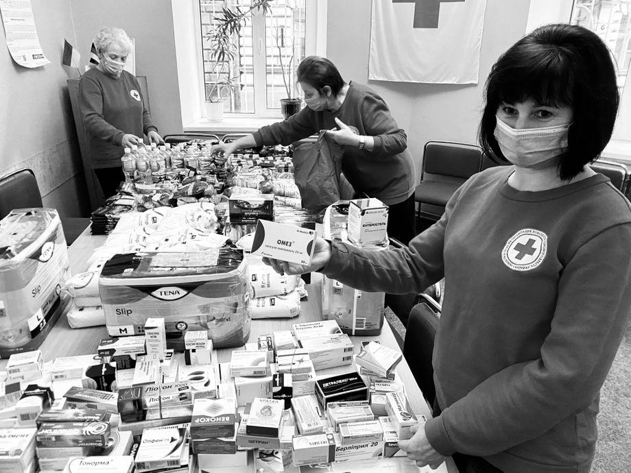 Die Rotkreuz-Schwestern bereiten im Medico-sozialen Zentrum die Medikamente und Lebensmittel für die Verteilung vor. Auch ihre Gehälter bezahlt das Hilfsprojekt: den Mindestlohn von rund 125 Euro netto im Monat