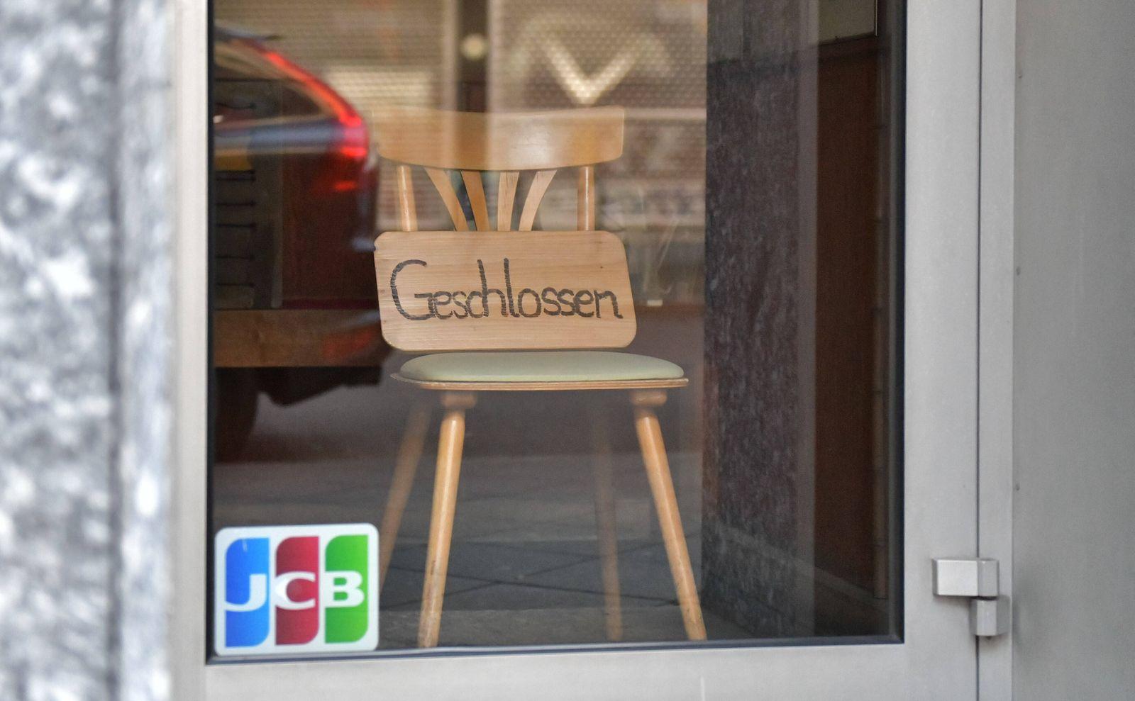 xblx, Ladenschliessung, verschlossenes Geschäft, mit einem Stuhl in der Tür, Schild GESCHLOSSEN, emwirt Frankfurt am Ma