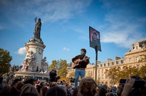 Demonstranten in Paris gedenken Samuel Paty