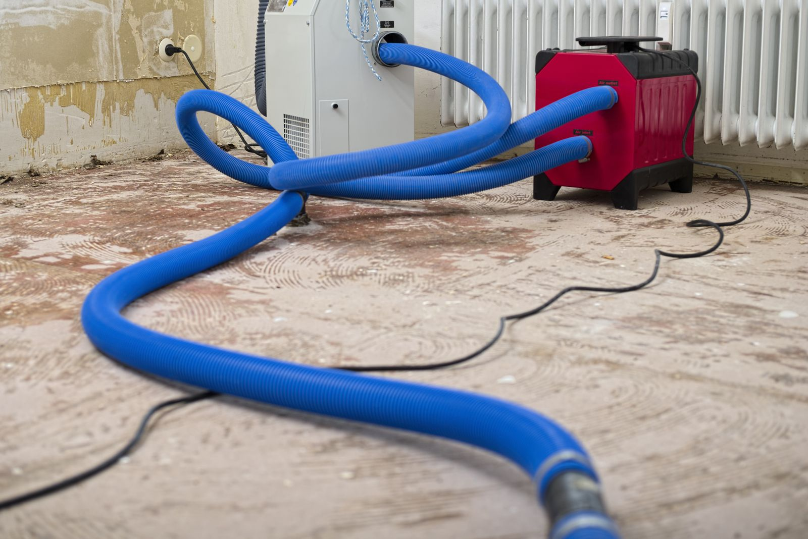 EINMALIGE VERWENDUNG EXPIREN 28.11.2024 Dehumidifier at work in an apartment which is damaged by flooding