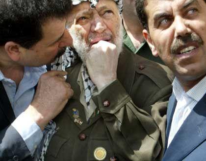 Wut und Verzweiflung: Arafat im Juni 2002 vor den Trümmern seines von den Israelis zerstörten Amtssitzes in Ramallah