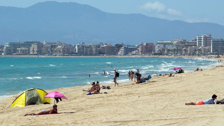 Strand auf Mallorca: stark sinkende Infektionszahlen