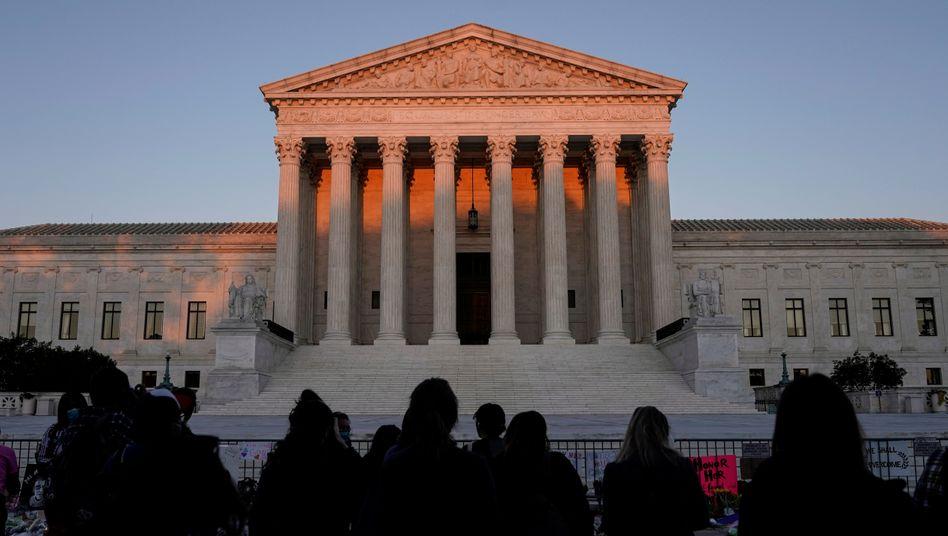 US-Bürger trauern vor dem Supreme Court in Washington DC um die verstorbene Richterin Ruth Bader Ginsburg