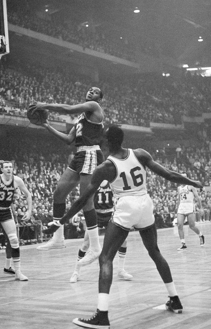 Elgin Baylor bei einem NBA-Spiel gegen die Boston Celtics (1962)