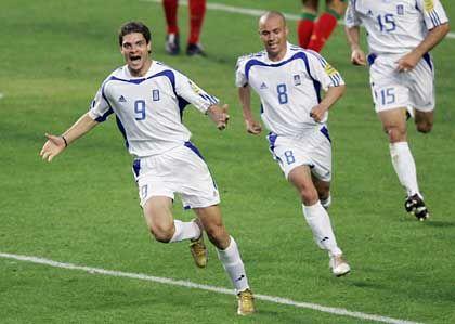 1:0 für Griechenland: Angelos Charisteas und Teamkollegen setzen zum Zwischenspurt an