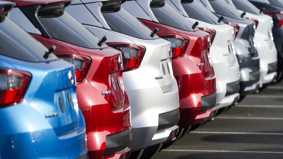 Neu produzierte Autos auf Nissans Fabrikgelände in Sunderland