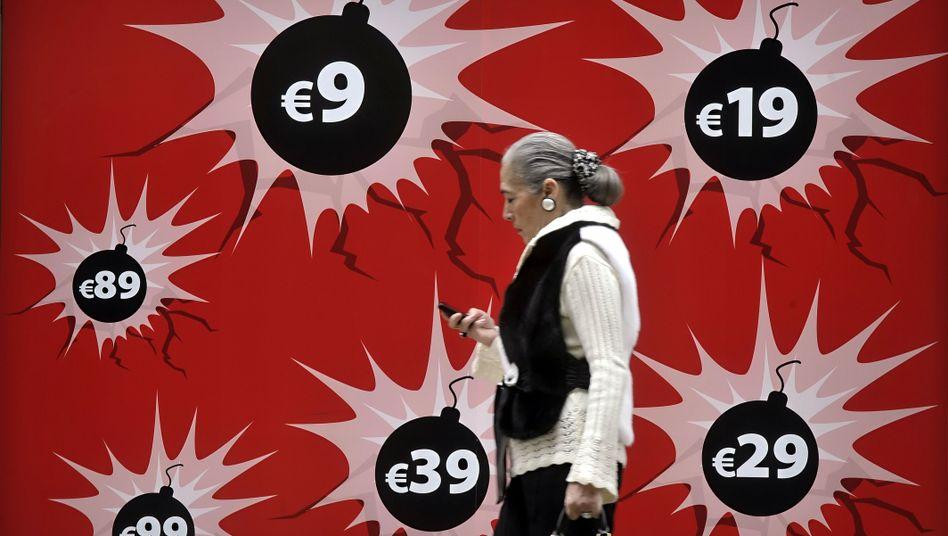 Athenerin vor einem Werbeplakat: Angst vor dem Bankrott eines Euro-Landes