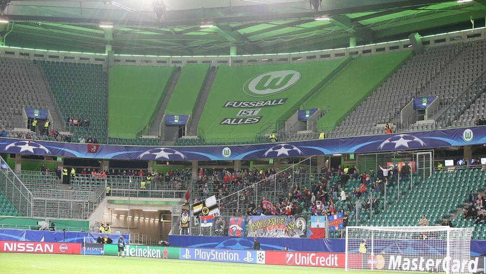Fußball in Wolfsburg: Hurra, ein ganzer VW-Bus ist da!