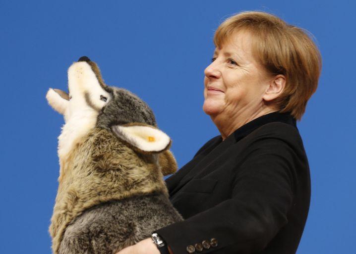"""Merkel mit Plüsch-Wolf: """"Ich kann damit relativ locker umgehen"""""""