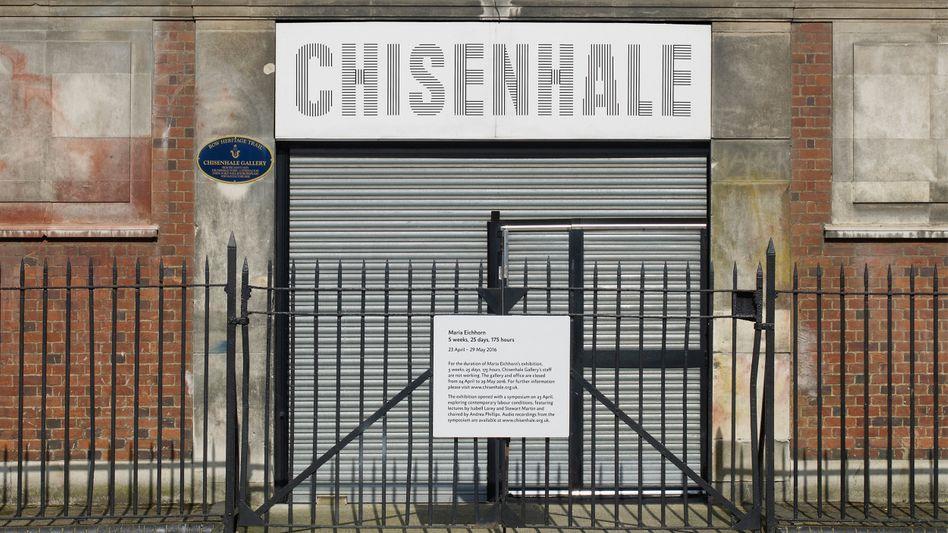 Verschlossener Eingang der Chisenhale Gallery in London