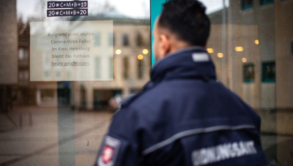 Coronavirus in Deutschland: Nordrhein-Westfalen sucht nach weiteren Infizierten