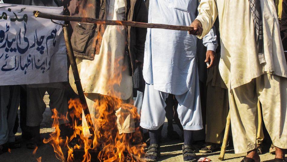 Demonstranten in Karatschi: Schüsse auf Polizisten