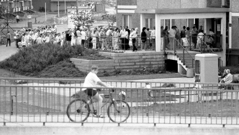 Schlangestehen für die D-Mark in Leipzig (1990): Die Wende, eine lange Geschichte