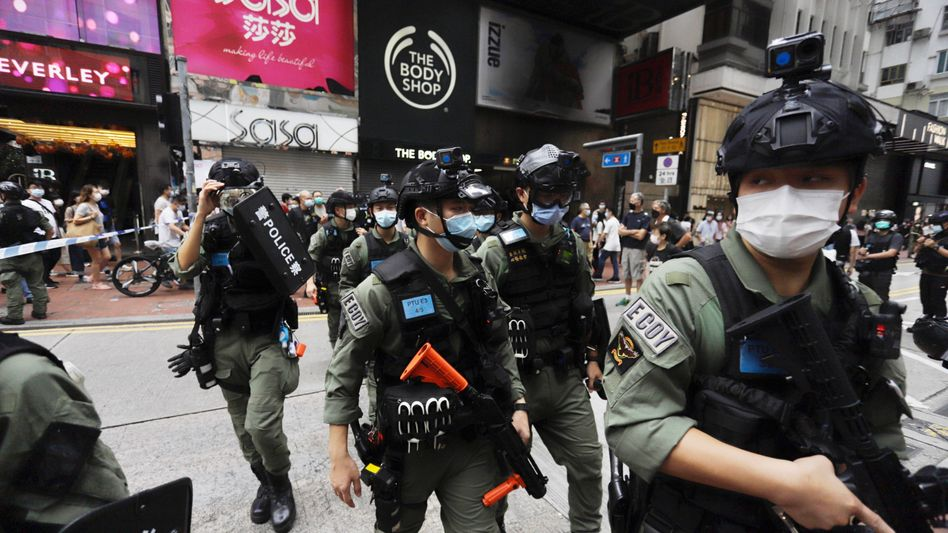 Hongkong: Polizisten in schwerer Montur im beliebten Einkaufsviertel Causeway Bay