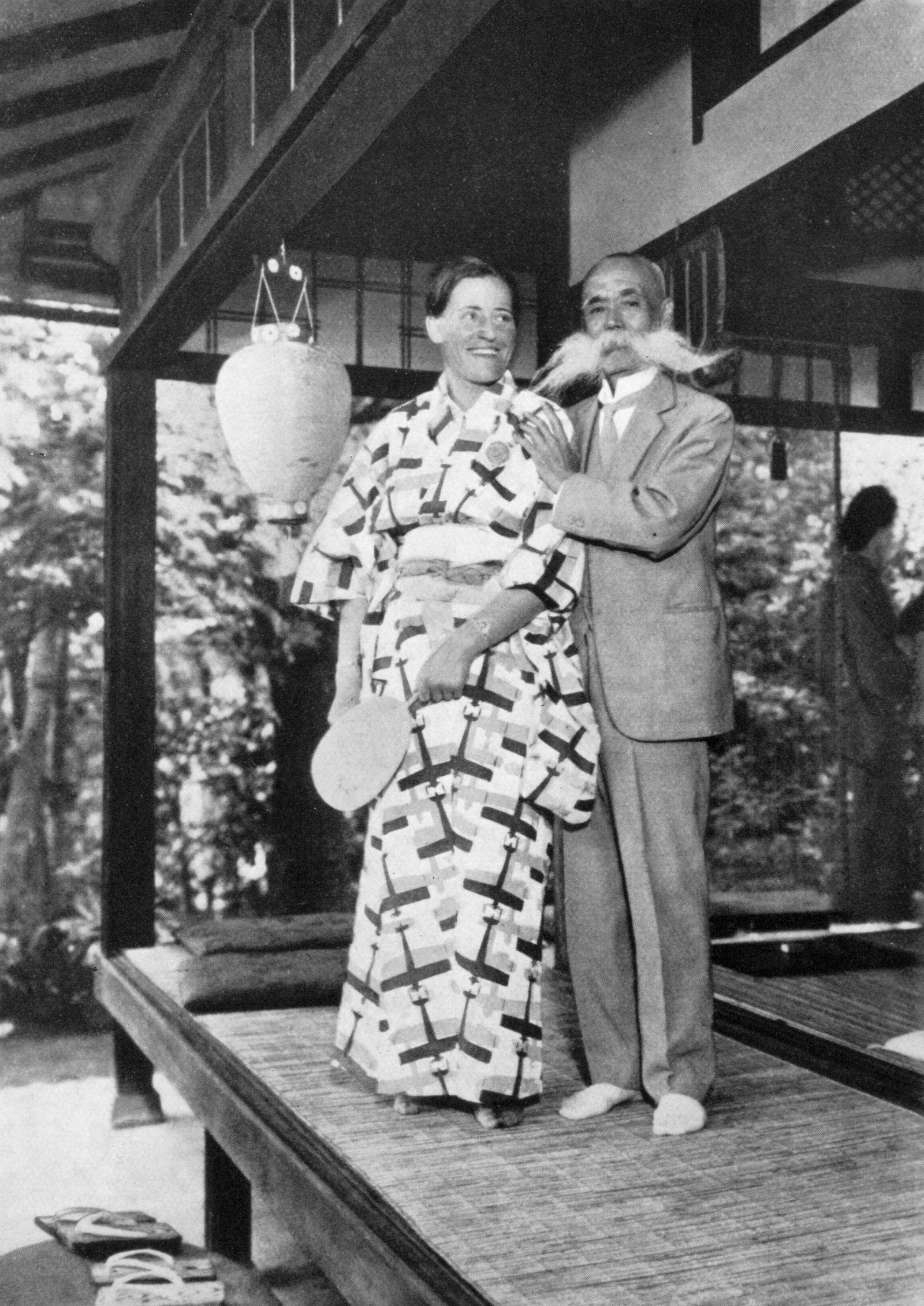 Herzlicher Empfang der Sportfliegerin Marga von Etzdorf mit Fächer und im Kimono bei General Nagaoka