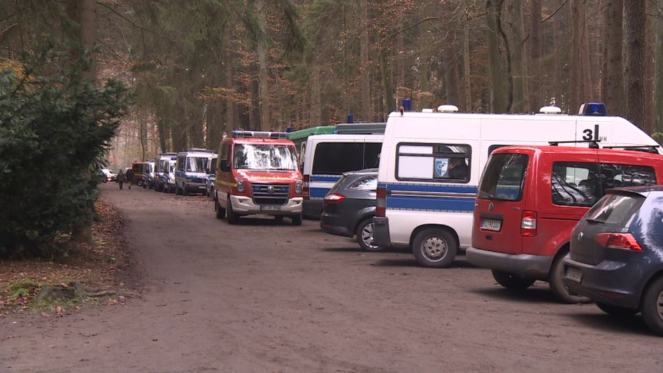 Einsatzfahrzeuge nahe Aumühle am Freitag
