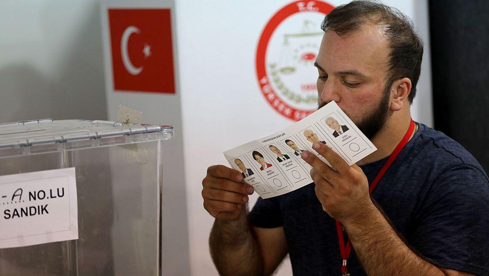 Abstimmung über Parlament: Türken in Deutschland haben die Wahl