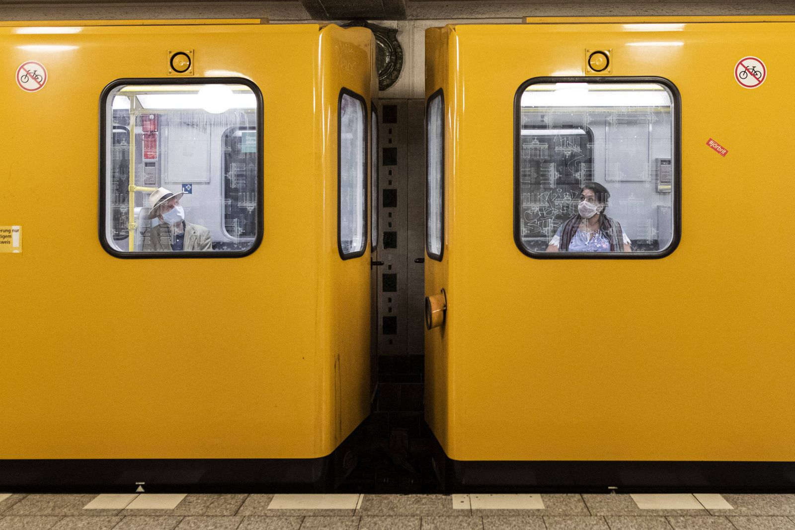 News Themen der Woche KW18 News Bilder des Tages Zwei Personen mit Mund-Nasen-Maske sitzen in uterschiedlichen Waggons d