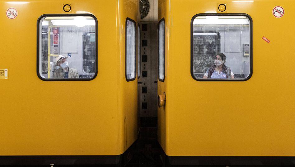 Abstand halten: Nicht nur zur Bahnsteigkante, sondern auch zu den Mitfahrern, wie hier in der U-Bahn in Berlin