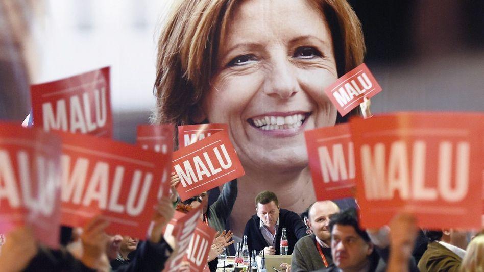 Parteitagsdelegierte vor Wahlplakat mit Spitzenkandidatin Dreyer