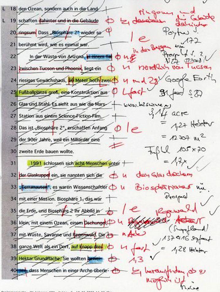 Manuskript nach dem Check der Dokumentare: Jeder geprüfte Fakt ist durchgestrichen