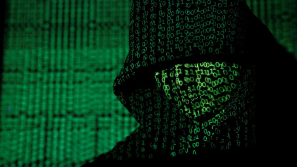 Auf einen Mann projizierter Computercode