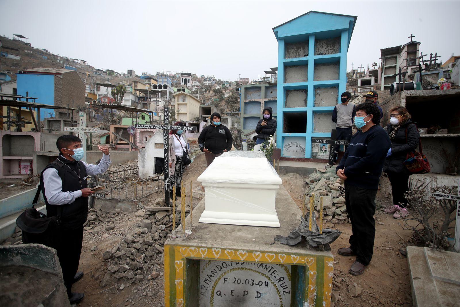 Burials of COVID-19 Victims at Nueva Esperanza Cemetery
