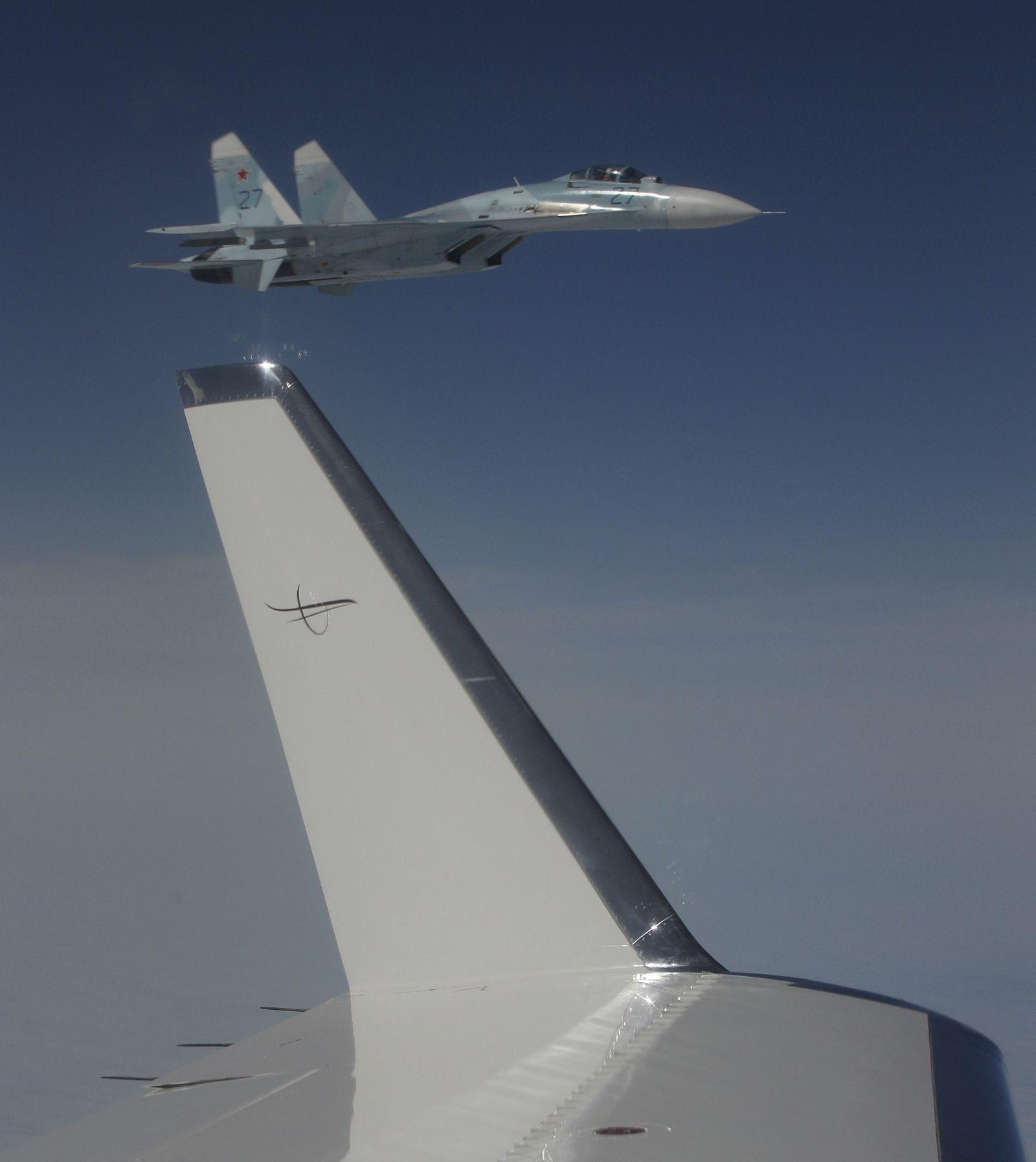 Russischer Kampfjet Su-27 nähert sich Air Force RC-135U