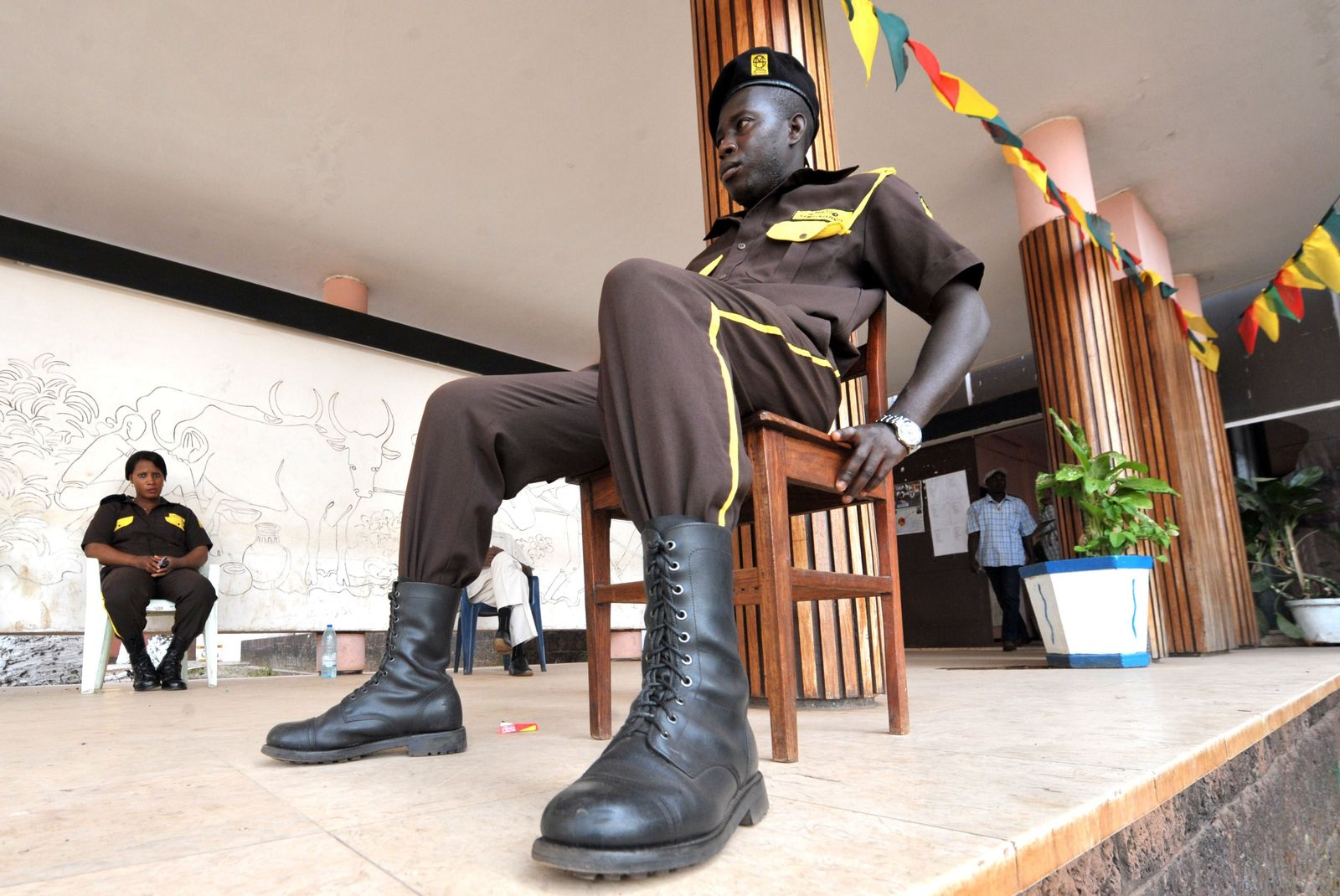 Guinea-Bissau, Soldat vor einem Parteibüro