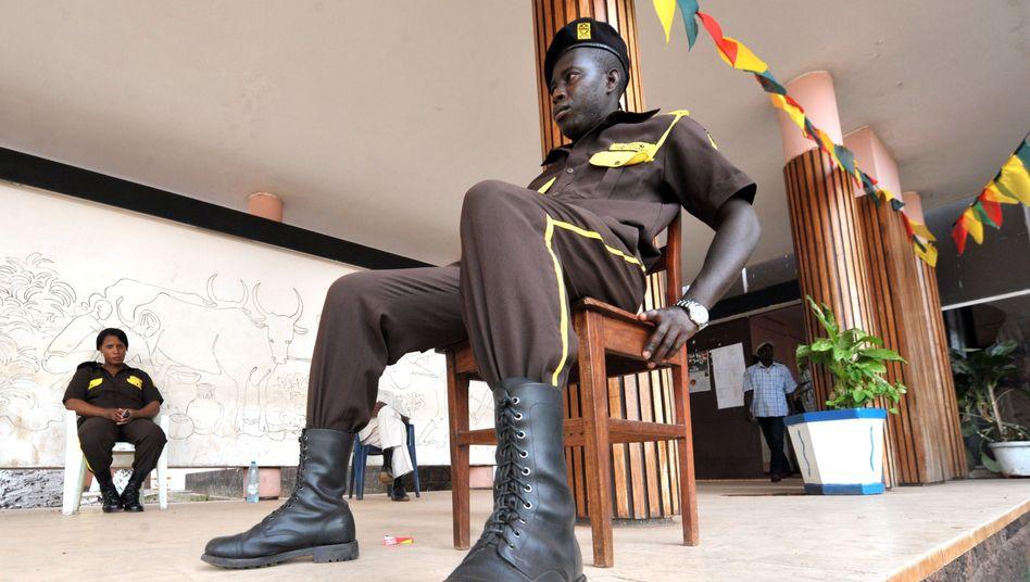 In Guinea-Bissau bestimmt das Militär: Ein Wache sitzt vor einem Parteibüro