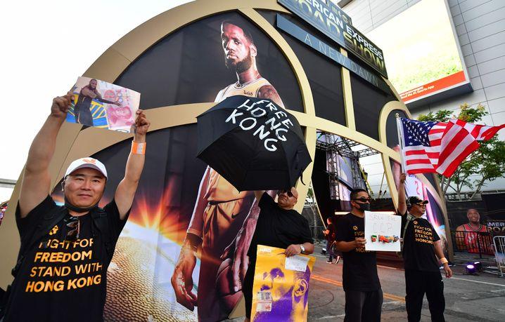 """Unterstützer der Proteste in Hongkong standen vor der Halle: """"Für Freiheit kämpfen, für Hongkong einstehen"""""""