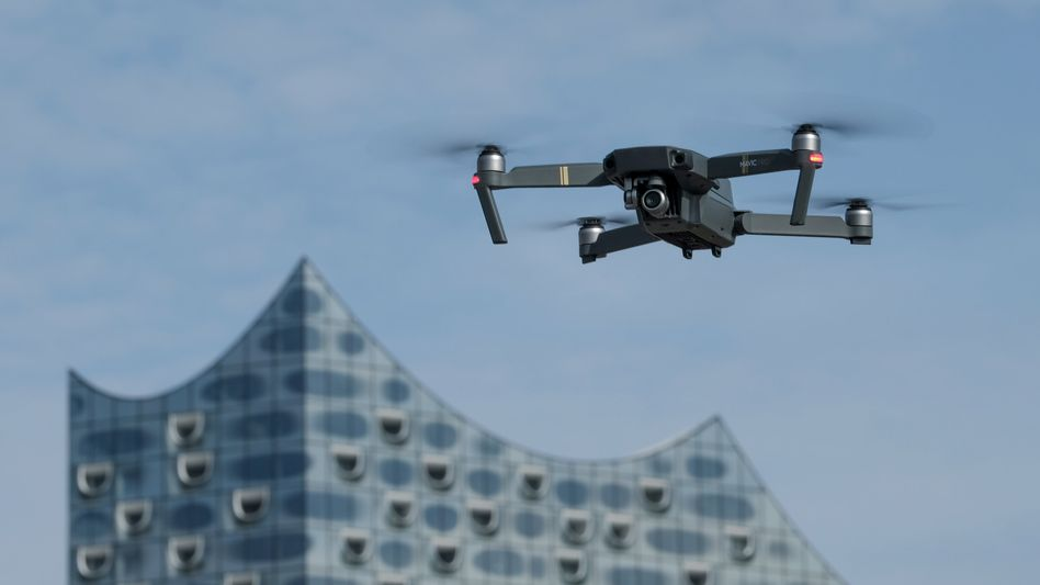 Drohne vor der Elbphilharmonie im Hamburger Hafen (Archivbild)