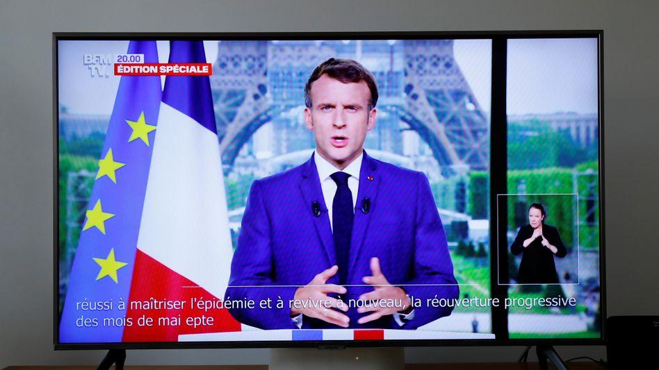 Frankreichs Präsident Emmanuel Macron bei einer Fernsehansprache am Montagabend