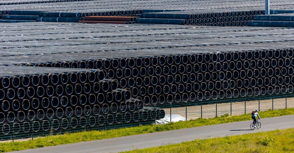 Im Hafen von Mukran auf Rügen werden Rohre für den Bau der Erdgaspipeline Nord Stream 2 gelagert