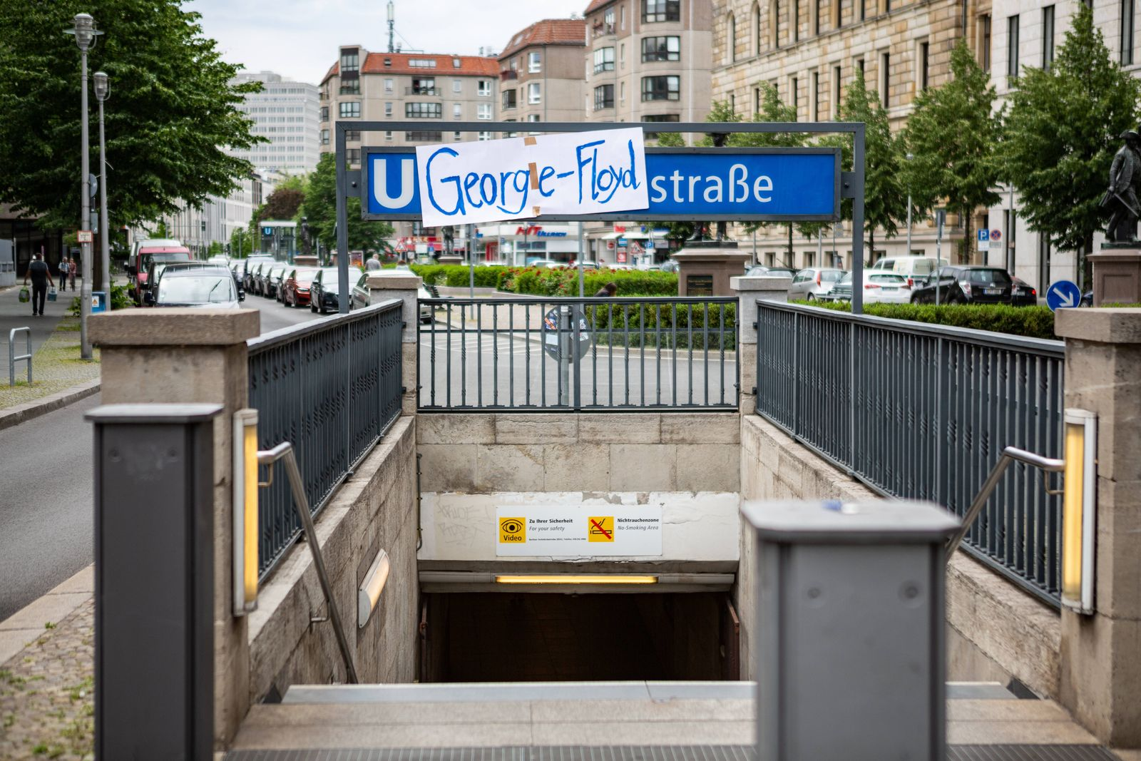 Aus der Mohrenstraße wird die George-Floyd-Straße, Aktivisten haben den Eingang zum U-Bahnhof Mohrenstraße mit einem Pl