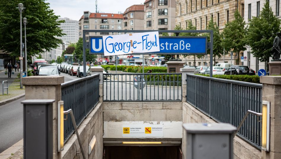 Aktivisten haben den Eingang zum U-Bahnhof Mohrenstraße mit einem Plakat überklebt, um an den getöteten Afroamerikaner George Floyd zu erinnern