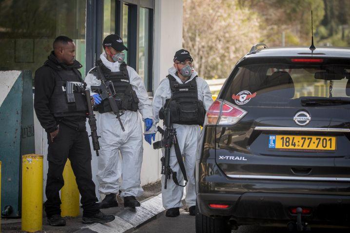 Checkpoint in Jerusalem: Israelische Grenzpolizisten arbeiten mit Schutzanzügen und Mundschutz