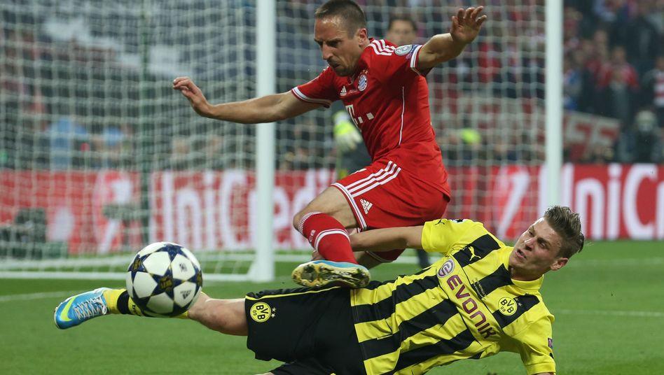 Bayerns Ribery (l.): Duell mit Lukasz Piszczek vom BVB