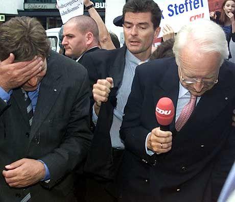 Michael Glos (l.) als CSU-Wahlkämper nach Eierwürfen in Ostberlin (r. Edmund Stoiber)