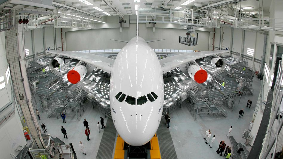 """A380 production in Hamburg: """"I knew that the plane has four engines and can easily fly with three,"""" Louis Gallois told SPIEGEL."""