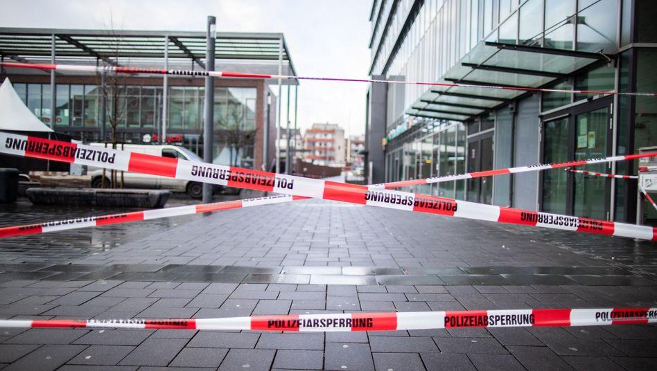 01.01.2019, Nordrhein-Westfalen, Bottrop: Absperrband der Polizei sperrt den Berliner Platz ab. (dpa)