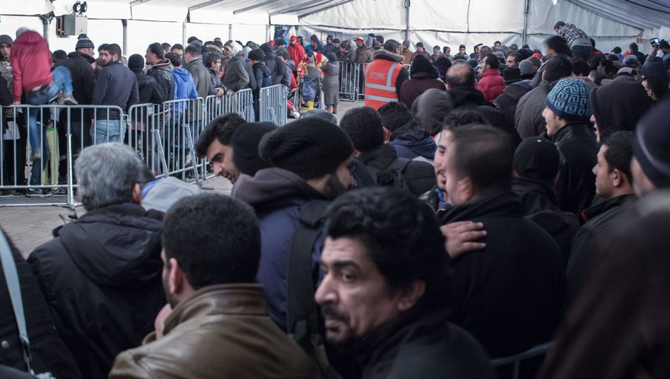 Wartende Flüchtlinge vor dem Lageso (Archiv): Seit Monaten schwer in der Kritik