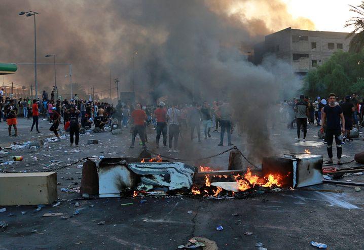 Regierungsgegner haben in Bagdad eine Barrikade errichtet