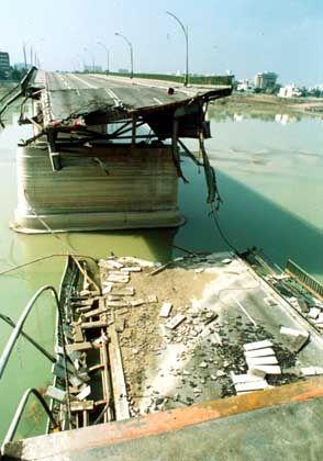 Zerstörte Brücke in Bagdad nach dem Golfkrieg 1991: Deutschland will nicht Hauptlast des Wiederaufbaus tragen