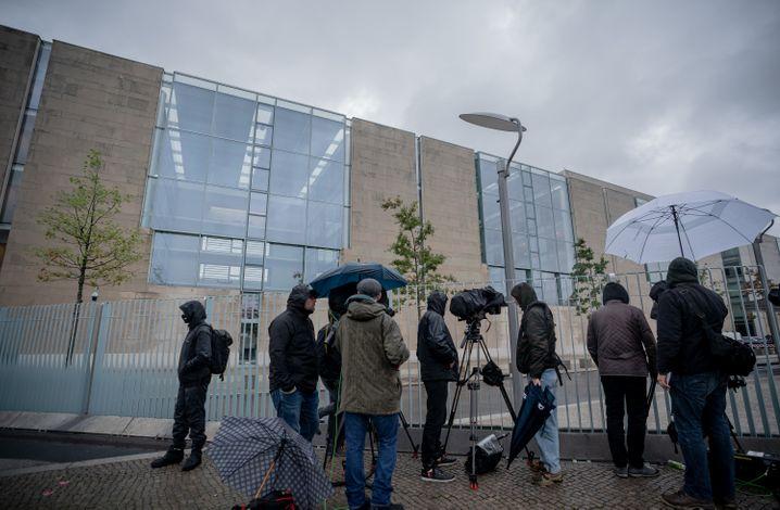 Wartende Journalisten vor dem Kanzleramt
