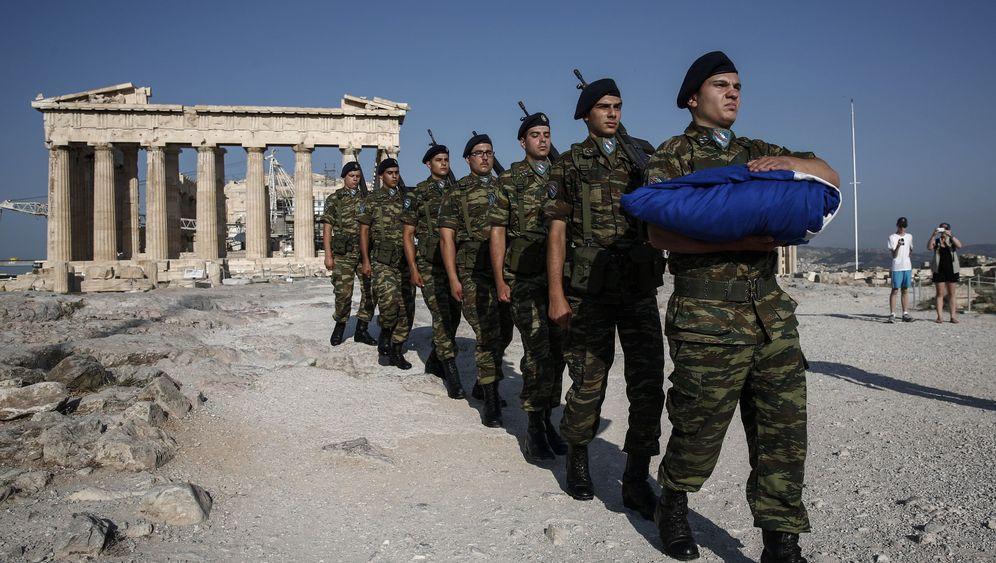 Griechische Armee: Milliarden für Panzer, Männer, Material