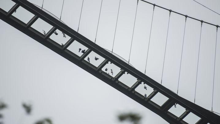 Brücke in China: Auf 99 Glasscheiben über der Schlucht